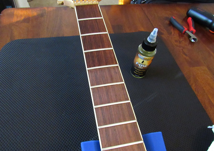 The difference between oiled and non-oiled frets