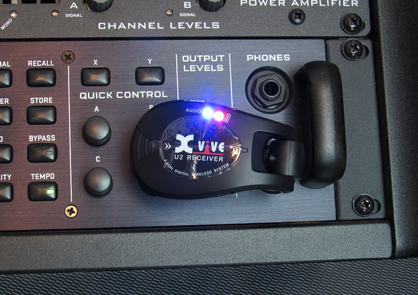 The Xvive U2's lights showing that the unit is successfully linked and has a full charge
